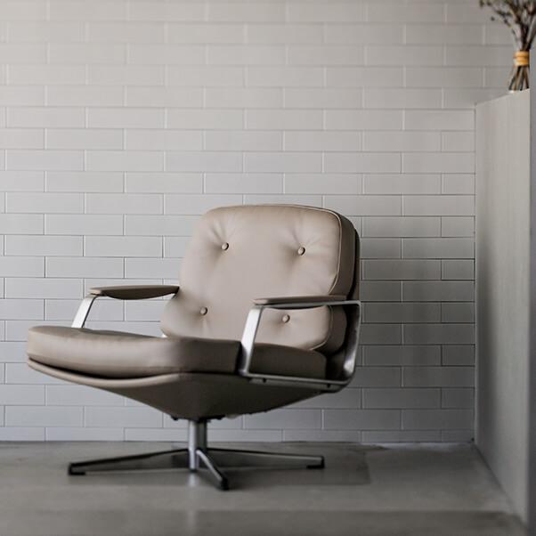 シックなデザインの椅子の画像