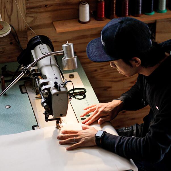 ミシンで布を縫っている様子の画像